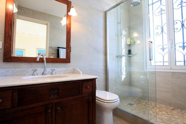 Salle de bains - Maison à MOUGINS